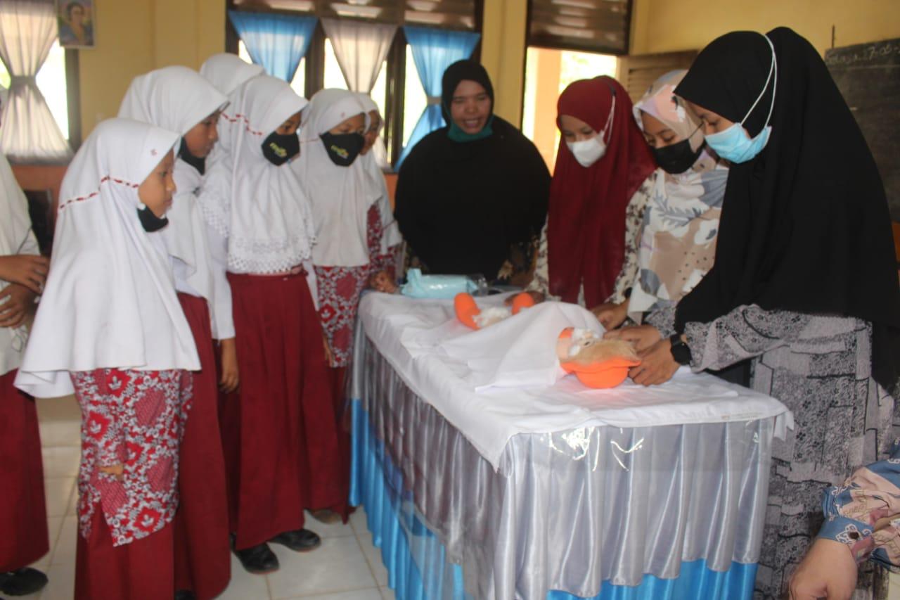 Tim Pengabdian AKN Aceh Barat Latih Tata Cara Pengurusan Jenazah Bagi Siswa-Siswi SD Negeri Reudeup